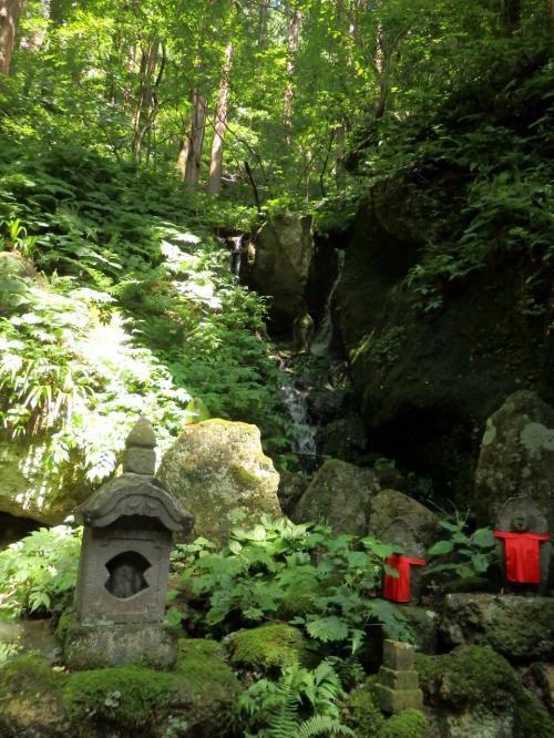 苔生した岩や緑に包まれた登山道の周辺を歩くのは気持ちがいいけれど、、階段を上り続けるとすぐに息が切れる~。<br />それに暑さは和らいでいたとは言え、湿度が高いので歩くと蒸し暑い。<br /><br />小さな滝の前で小休止。