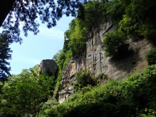 隙間から見える険しい岩肌。<br />芭蕉はここで鳴く蝉の声に着想を得たのかな?
