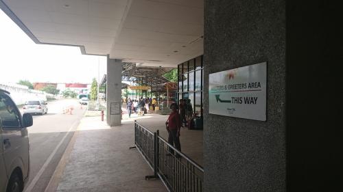 マクタン・セブ空港に到着しました。<br />出口を出るとすぐイエロータクシーがいます。<br />イエローはちょっとたかいので、<br />すこし歩くとホワイトタクシー(メータータクシー)がいます。