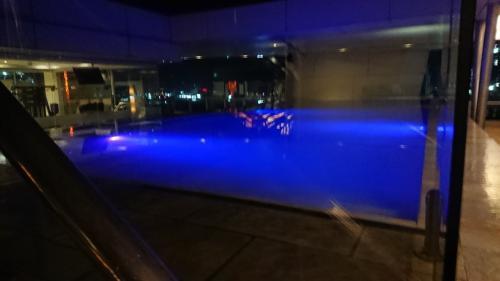 ホテル唯一の喫煙所はプール横。