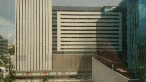ホテル正面にはアヤラセンター。<br />抜群の立地です。