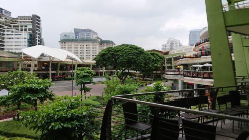 早速、アヤラセンターへ。<br />テラスにたくさんのレストランがあります。