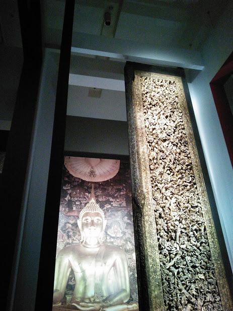 5メートルを超えるこの大きな扉は、1807年に創建されたワット・スタットという第一級王室寺院の正面を飾っていたものです。<br />国王ラーマ2世(1809-1824)が自ら精緻な彫刻をほどこしており、王室とともに育まれたタイ文化を象徴するまさに第一級の国宝といえます。チーク材の扉の表側には、天界の雪山に住むとされるさまざまな動物たちが重層的に表わされています。