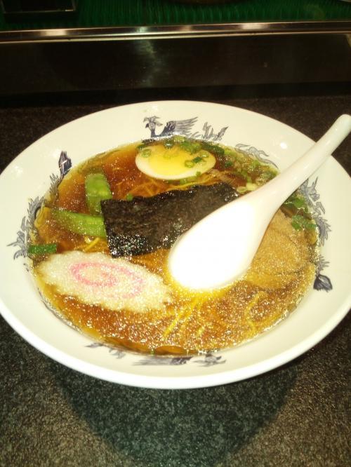 それが!この定食のラーメン。<br />細麺で昔ながらの醤油味系で<br />めちゃ私の好み(笑)で大ヒット!(笑)