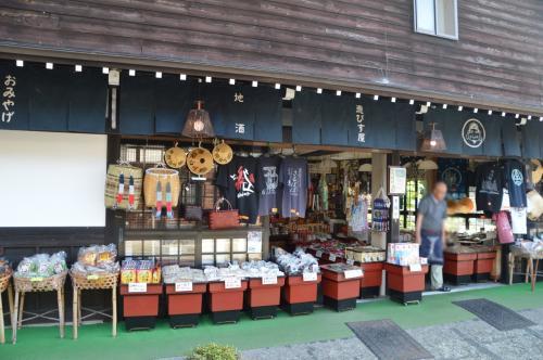 お土産物屋さんは民芸品店が目立ちました。<br /><br />大好きな飛騨の赤かぶのお漬物を実家の分などまとめ買いしつつ、うろうろ。