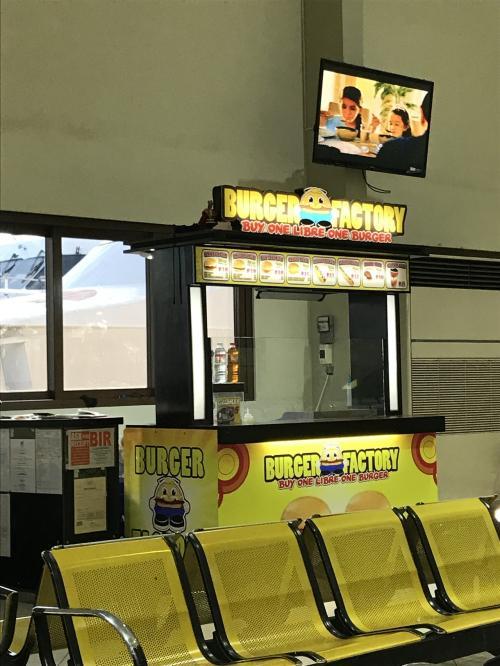 休憩所でハンバーガーとホットドッグで朝ごはんです。ハンバーガーは35ペソ、ホットドッグも同じくらいでした。<br />1つ買うともう1つもらえます。ケチャップがソース 煎餅のすももジャムのような味。イマイチです。