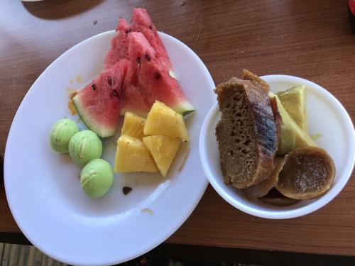 黒糖蒸しパンや、芋、フルーツです。