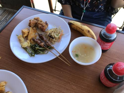 メニューは、中華ぽいスープまあまあ。<br />と鶏のから揚げ、豚の串焼き、焼きそば、白身魚フライ、筍の煮物、バナナ。<br />コーラは、1本無料でした。<br />バナナをひたすら食べ満腹。
