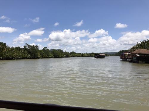 海からつづく川。<br />川幅が広いです。熱帯雨林がすばらしい。