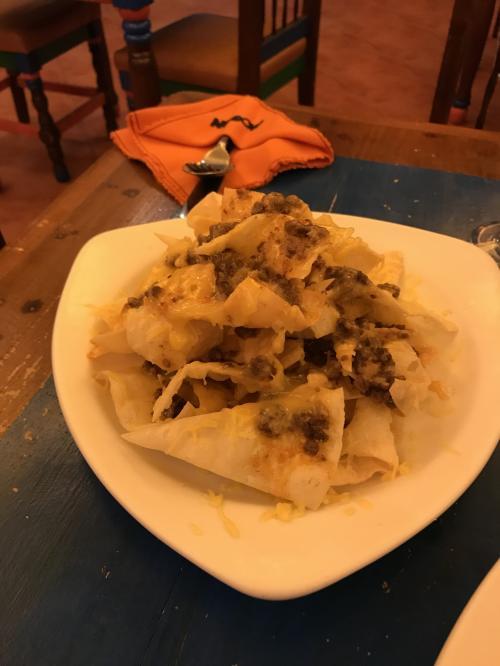 夕飯はアラヤでムーンカフェです。8割混んでました。地元の若者もいっぱいいます。<br />ナチョス200ペソ位です。チーズとチリミートがたくさんでボリュームあります。