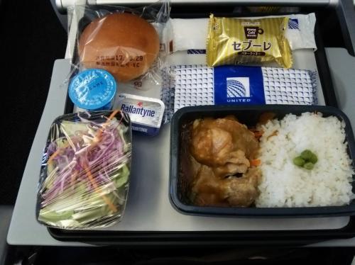機内食はカレーとパスタが選べた。<br />両方食べれないのが一人旅のデメリットですね、、