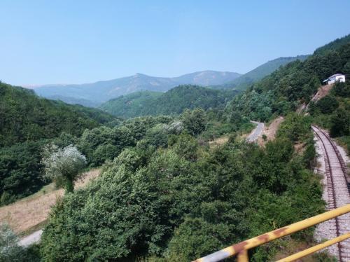 スコピエを出て、しばらくすると山道に。車窓から線路や川が見えました。