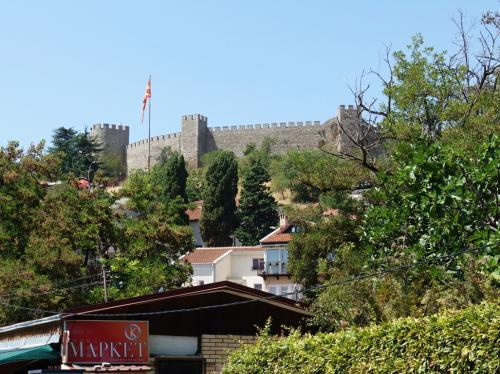 3時間ほどでオフリドに到着。<br /><br />城壁が見えています。