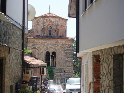 道の先に、大きな教会が見えてきました。<br /><br />11世紀に創建された、聖ソフィア大聖堂です。