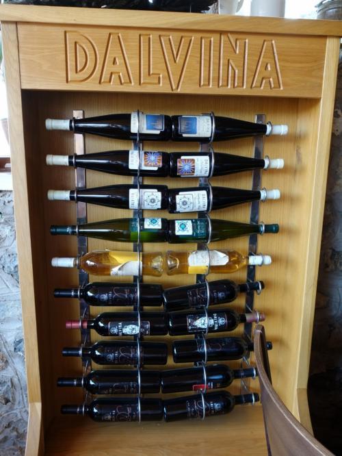 店内にはワインのラック。