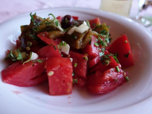 マケドニア風サラダは真っ赤に熟したトマトがたっぷり。