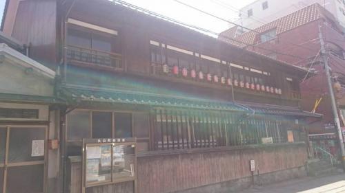 長崎検番は芸鼓さんの事務所<br />提灯に所属する芸鼓さんの名があるそうです<br />建物は築100年以上