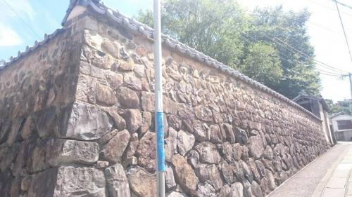 石壁がすごい、砲術の大家の家はしっかり作ってあったんだろうなと思いました<br />中に砲術の的になった石が残ってました<br />しかしここまで上るの疲れました