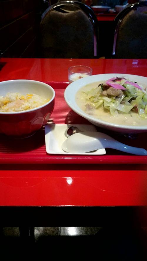 以前帰れまサンデーが長崎に来たときちゃんぽんは蘇州林か老李といってたのを思いだしちゃんぽんの食べに<br />老李は2回いってるので蘇州林へ<br />しかし値段と嫌いな椎茸を食品サンプル見て断念<br /><br />すると王鶴という店にランチのちゃんぽんセットが750円<br />(ちゃんぽん、チャーハン、杏仁豆腐)<br />ちゃんぽんは美味しかった、実家で食うのとはまた違う味<br />ただチャーハン....味薄っい!塩入ってる?てくらい薄い<br />胡椒入れても改善されずこんなものだと思って食べました<br />ちゃんぽんのうまさと反比例 値段的に許せますが(笑)