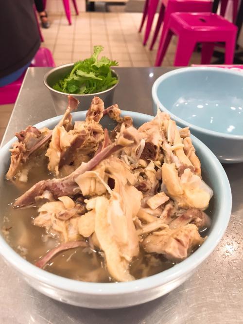 骨入りスープとパクチーがきました。<br />骨入りスープのスープから頂きます。<br /><br />お、おいしーーーーーいい♪<br /><br />優しくてしみわたる鶏のだし。<br />スープのお代わりがほしいです。<br />