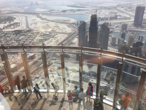 さらに1つ上がって125階から、124階のテラスを見下ろすとこんな感じ。<br /><br />インド人・中国人が多かった印象。<br />日本語はぜんぜん聞こえてこなかったなあ。