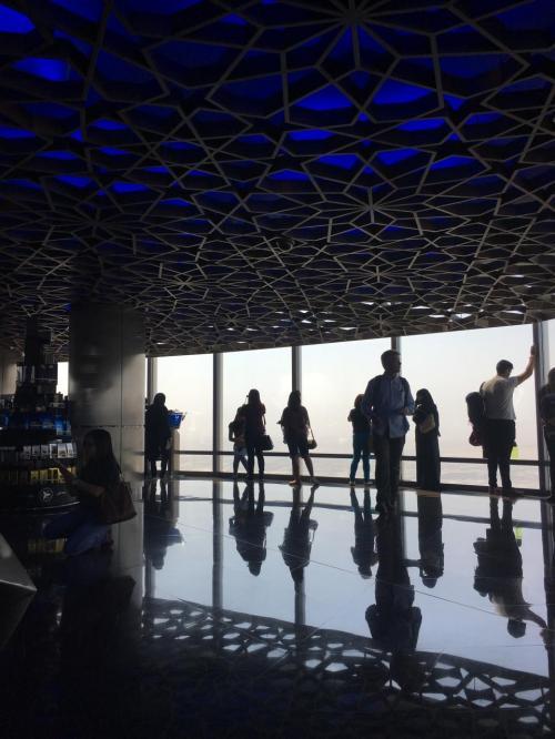 125階館内は、思い思いに時間を過ごす観光客でいっぱい。<br />時間制限はないので、友達同士やカップルなど、複数で来ると楽しいと思う。