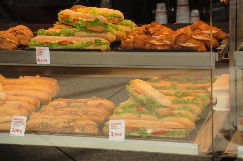 日本のサンドイッチは、薄手の食パンにハムやチーズなどを挟んで食べるのが主流だが、ヨーロッパではこのような形でサンドイッチが売られている。これだけでもけっこうボリュームがある。