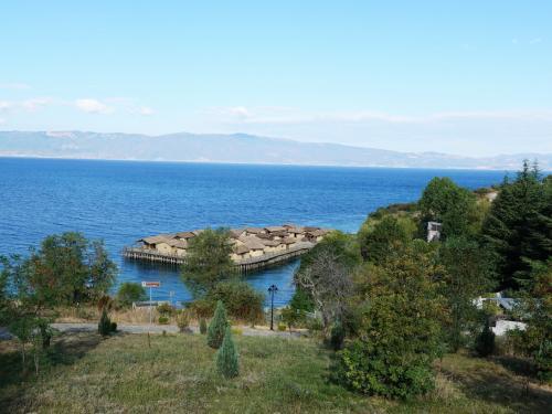 途中、水上博物館に立ち寄りました。<br /><br />紀元前12~7世紀にオフリド湖上につくられた古代人の集落を復元したものです。