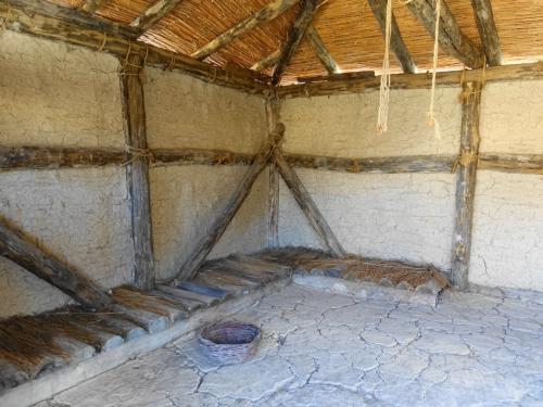 こちらは民家。中には毛皮や動物の骨、土器など、当時の暮らしを忍ばせる展示がされている部屋もありました。