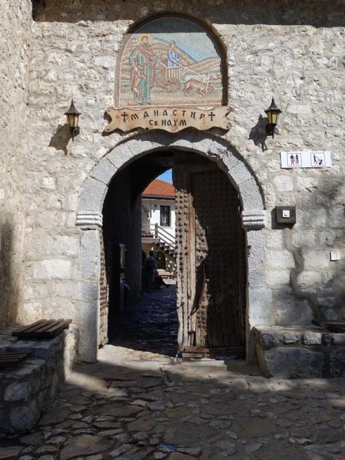 まずは修道院へ。<br /><br />木の扉をくぐって・・・