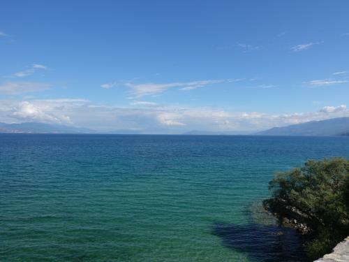 修道院のテラスから見たオフリド湖。<br /><br />こうやってみると、湖というより海にみえるほど。