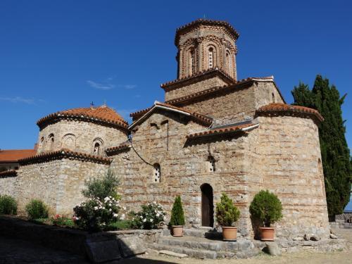 南東側から。<br /><br />端正な修道院ですね。十字型の建物に、アプスとドームをつけ、さらに手前(左側)にナルテックスを設けたことがよくわかります。