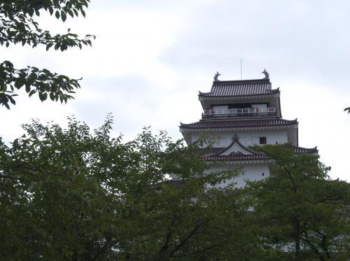 鶴ヶ城です。築城1384年から490年後に廃城となりました。天守は1965年に再建されたもので鉄筋コンクリート造り。<br /><br />実は中学の修学旅行で来ているはずなのですが、覚えてるのが白虎隊の舞を見たこと。あとはまったく記憶にありません。そのころは歴史世界史に興味がほとんどなかった。年号?? 覚えてどーすんの??って感じで。高校では授業中漫画見てたし。<br /><br />歴史に興味を持つようになったのは旅行しはじめてから。
