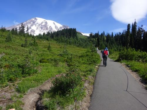 10:15am 山登り開始。<br /><br />舗装道路で楽勝。<br />さすが、アメリカの国立公園<br />ハイキングコースまで舗装されてるのね。
