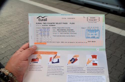 有効化されたユーレイルパス。<br /><br />実は、ユーレイルパスを使用するのは今回が初めてではない。今回は、ドイツとオーストリアで有効なチケットにした。価格は、二人で458ユーロ(約58,000円)である。<br /><br />このユーレイルパスは四日間有効で、ドイツとオーストリアならどこでも乗車可能で、しかもファーストクラスとセカンドクラスのシートを利用することができる。<br /><br />日本で言うならば、新幹線のグリーン車に乗車可能な乗り放題切符を夫婦で四日間だけ使えるようなイメージだろうか。