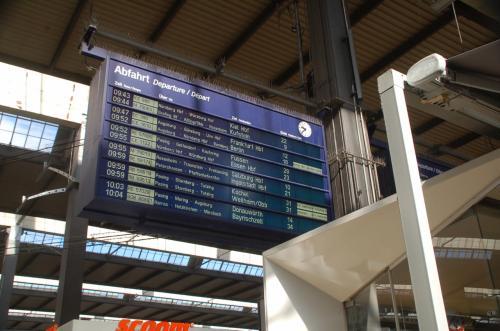 列車は、駅に時刻表が掲示されているのだが、電子案内版で確認したほうが確実である。