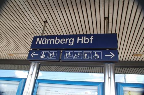 ニュルンベルク中央駅の駅名標。
