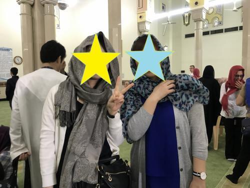 モスクに入る前に、女性は肌の露出を隠さなければなりません。<br />ストールで髪の毛を覆い、長袖のカーディガンを着用。<br />足元はエミレーツの機内でもらったアメニティーに入っていた靴下を履きました。<br />有効活用(笑)