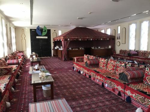 ツアー開始の時間まで、待合室のような場所でアラビアンコーヒーや伝統菓子を頂きながら過ごします。