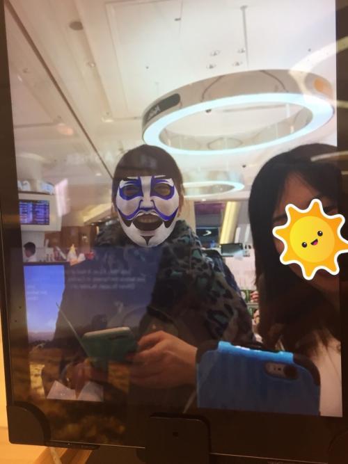 セキュリティーチェックと出国手続きを済ませ、免税店でショッピング。<br /><br />コスメコーナーで歌舞伎の隈取り柄のシートマスクを合成できるタブレットがあったので、面白そうなのでやってみました。<br />顔のサイズにピッタリフィット(笑)