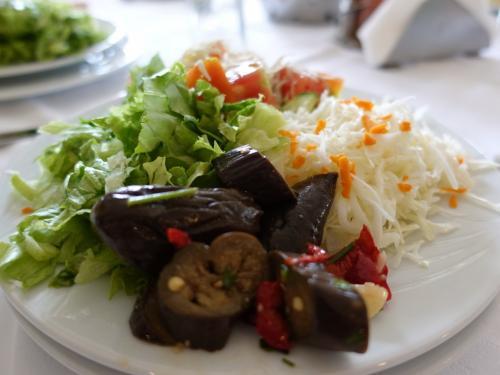 オフリド湖に面した、ミレニアムホテルで昼食。<br /><br />豪快なサラダ。