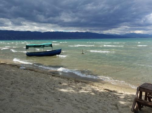 黒雲の下、打ち捨てられたボートとスツール。<br /><br />ちょっと絵になる風景でした。