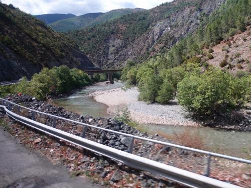 途中、シュクンビン川沿いを走ります。鉄橋が見え、線路も伸びているようですが、現在アルバニアで稼働している鉄道路線は、首都ティラナとデュレスの間だけとのこと。