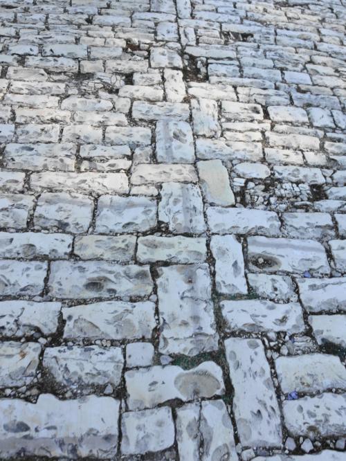 そうこうしているうちに、バスはベラットに到着。<br /><br />城の近くでバスを降り、こんな石畳を上ります。歩きにくい。