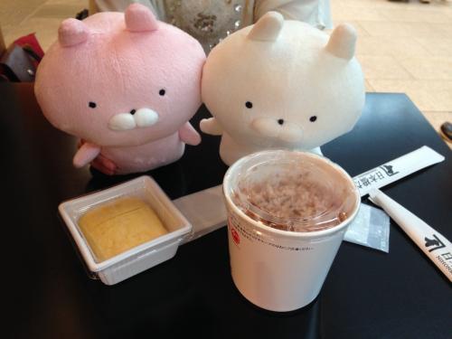 """朝ご飯を食べて来なかったので、出汁のお店(だし場日本橋)で食べます。<br />出国口に向かうエスカレーターを上がって左側にあります。<br /><br />出汁のお店なので勝手にお茶漬け風かと思いきや、単に鰹節が乗ったご飯でした。<br />よくよく考えたら、""""かつおぶしめし""""を注文しているから当然ですね。<br />自分で醤油などで味調整できますが、、、うん、想像通りの味です。<br /><br />■だし場日本橋<br />かつおぶしめし(Rサイズ):200円<br />だし巻き玉子:180円<br />だし汁:100円くらい(追加で注文したけどレシート失くした)"""