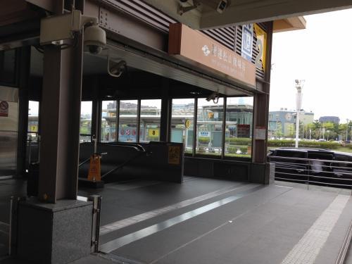 ホテルに向かうため、鉄道(MRT)で移動します。<br />タクシーの方が楽ですが、台湾版SuicaのEasy Cardを買うついでに鉄道にしました。<br /><br />駅の入口は空港を出て左手にあります。