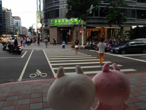 松山南京駅で下車し、1泊目のホテルである「グリーン ワールド グランド南京 (洛碁大飯店南京館)」に向かいます。<br />2~3泊目は別のホテルに泊まります。<br /><br />駅から近いように見えて意外と遠い。<br />チェックインの時間前だったので荷物だけ預かって貰います。