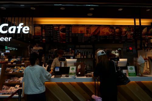 近くのカフェで旦那さんはビールブレイク<br />