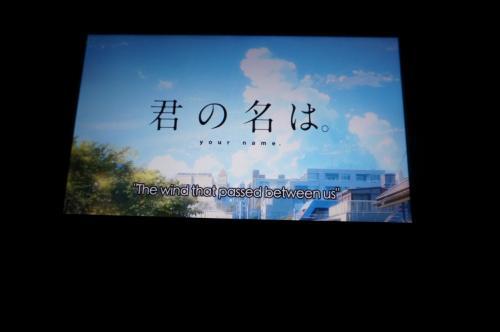 エアカナダはモニターもあり、ランゲージでセレクトすると、簡単に日本の映画が沢山見ることが出来ました。<br />私は、日本では観に行くことが出来なかった『君の名は』等、観て過ごしました。<br />イヤホンは「耳に入れる物を」と繰り返しアナウンスされていました。<br />すぐにはもらえないので、ヘッドホーンタイプではないものを持っていくと初めから楽しめるかもしれません。<br />離陸後、かなり寒く「もう1枚ブランケットをかりられないか?」とお願いしましたが『NO!』でした(笑)<br />帰り便は旦那さんも私も上着を持ち込みました。<br /><br /><br />