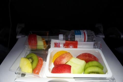 私は胃の調子が悪く、ここ1か月食事がほとんどとれなかった為事前に『フルーツプレート』をリクエストしておきました。<br />大きな容器、小さい容器2つ。ほぼ同じものが入っていました(笑)<br />いっぺんに食べられなかったので、よかったような・・・(^^ゞ